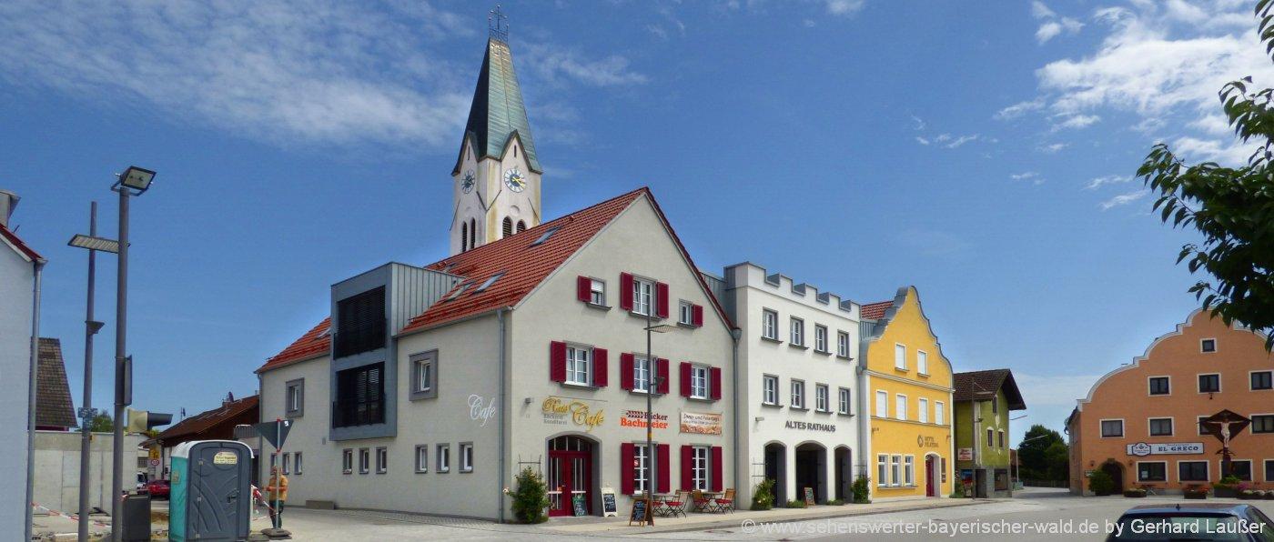 pilsting-ausflugsziele-sehenswürdigkeiten-marktplatz-altes-rathaus-kirche