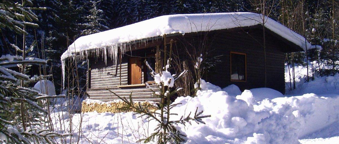 Einsame Hütte im Wald mieten in Bayern einfache Holzhütte