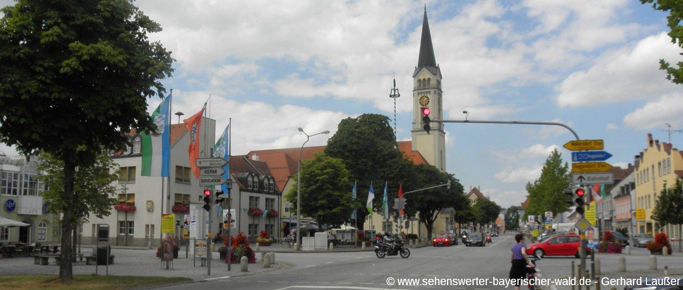 plattling-sehenswuerdigkeiten-stadtplatz-strassenkreuzung-kirche