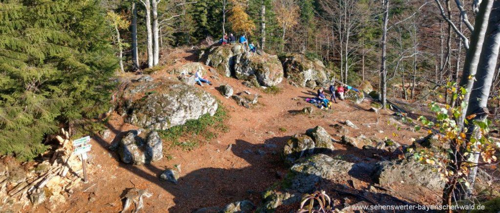 rabenstein-rundwanderweg-hennenkobel-berggipfel-felsen