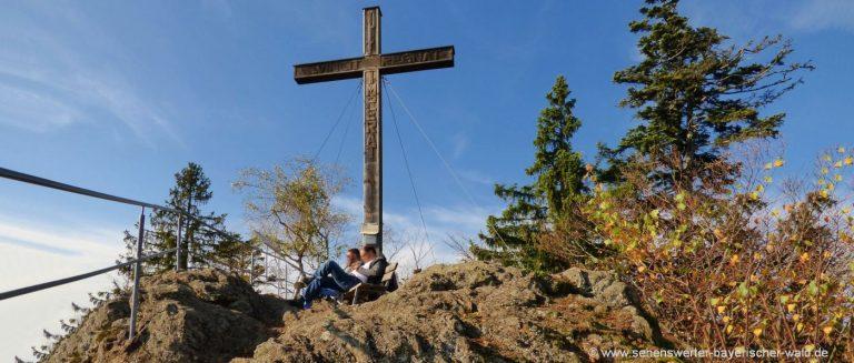 rabenstein-rundwanderweg-hennenkobel-bergwandern-gipfelkreuz
