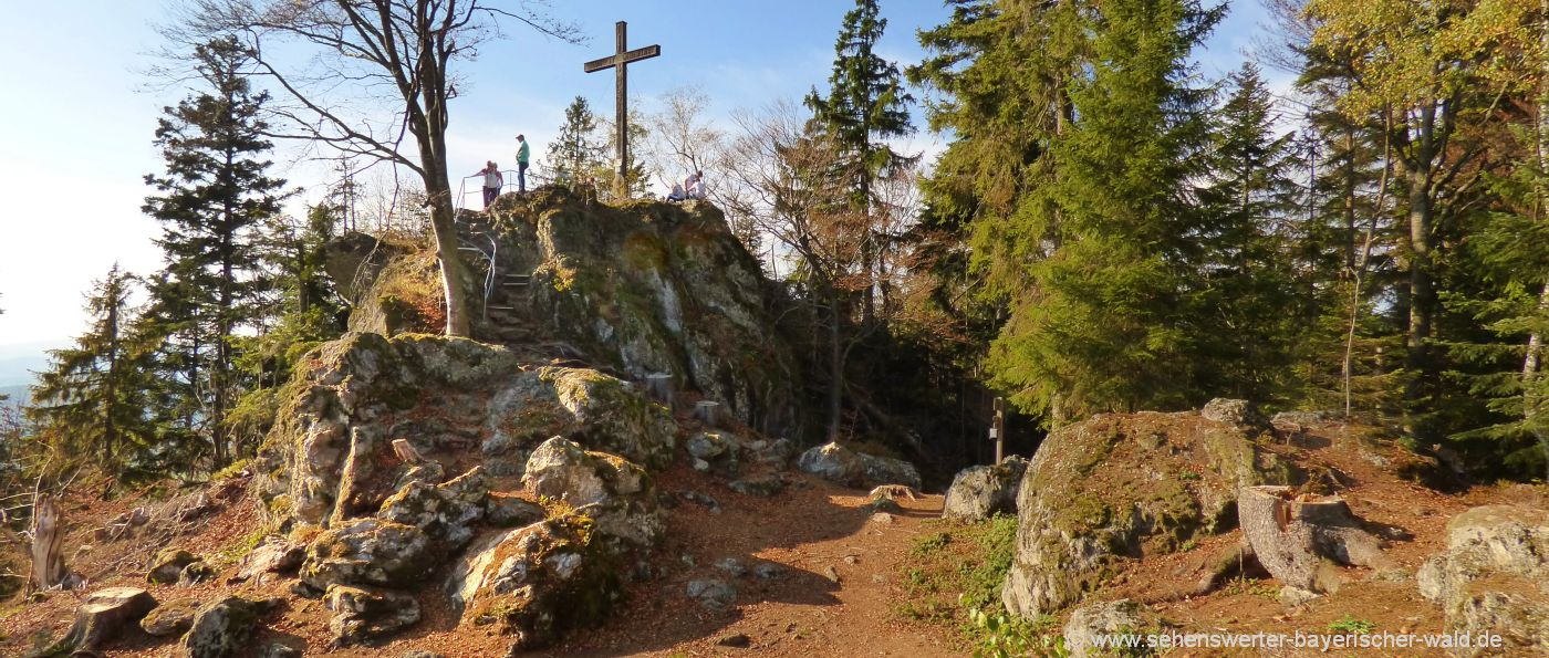 Hennenkobel Berg Gipfel mit Gipfelkreuz am Rundweg bei Rabenstein