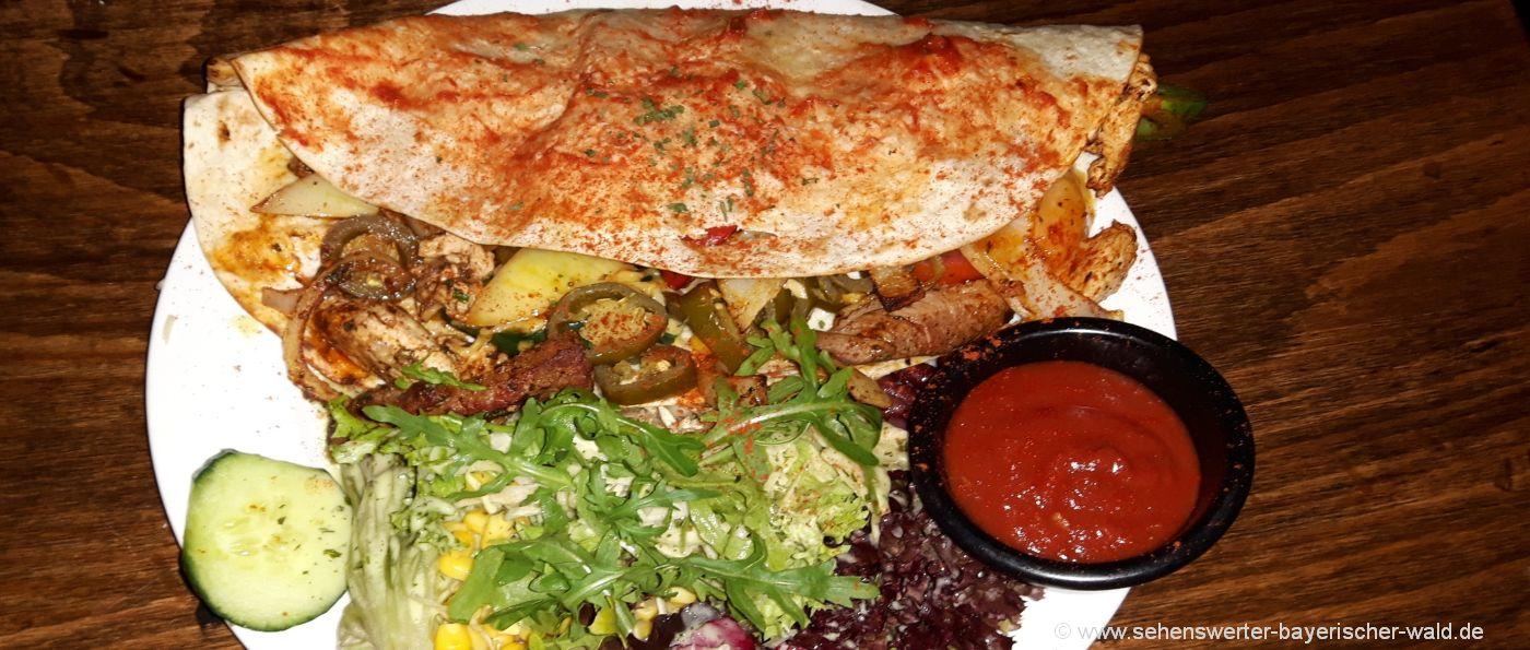 Mexikanisches Restaurant in Regensburg Altstadt am Haidplatz leckere Quesadas mit gebratenen Fleischstreifen, Gemüse, Ananas und Cheddarkäse dazu Salsasauce und Salatbeilage