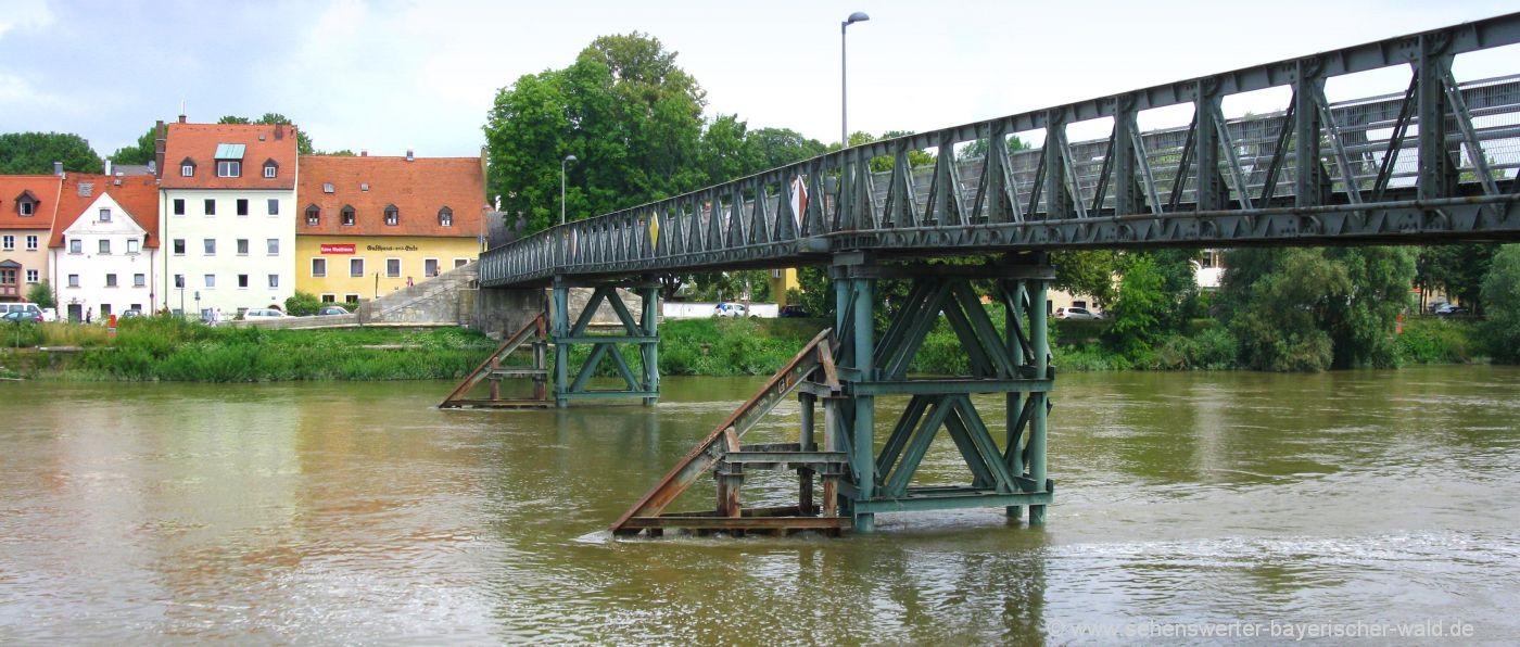Wandern durch Regensburg entlang der Donau über den eisernen Steg