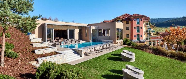 reinerhof-sankt-englmar-wellnesshotel-niederbayern-infinity-swimming-pool
