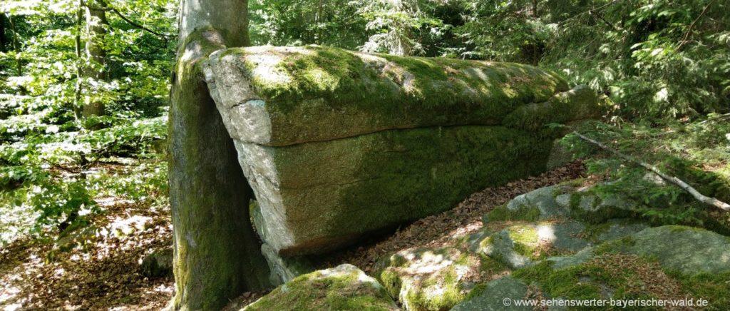 Totentruhe bei Rötz Stein in Sargform amSchwarzwihrberg