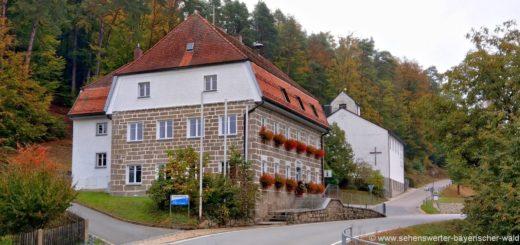 saldenburg-ausflugsziele-rathaus-tourist-info-kirche-zur-heiligen-familie-panorama-1400