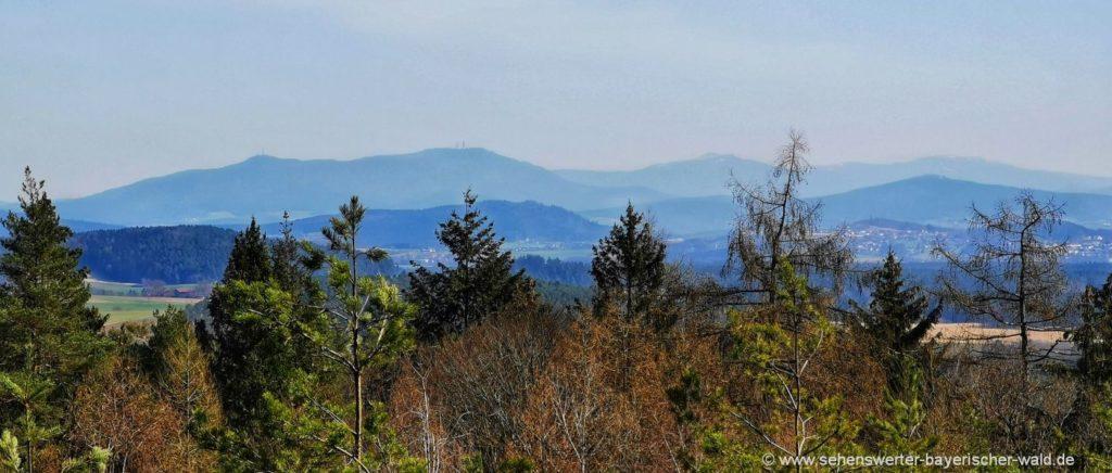 Ausblick zu den Bayerischer Wald Bergen bei der Wanderung zur Schwärzenburg Ruine bei Strahlfeld