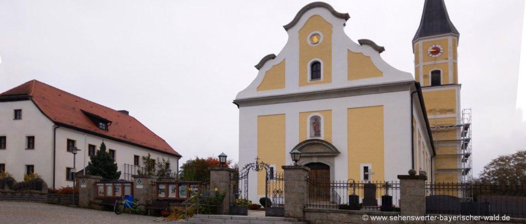Kirche in Thurmansbang Bayerischer Wald Wanderung zum Aussichtsturm