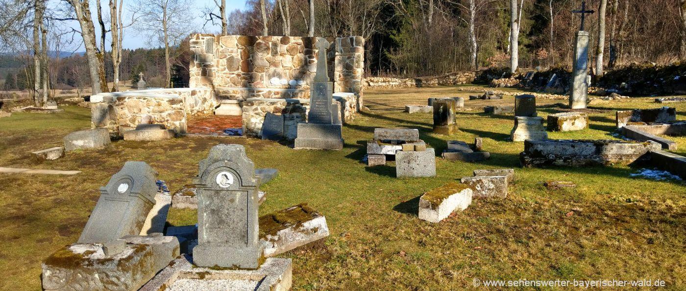 Friedhof mit Grabsteinen verlassenes Dorf Lučina in Tschechien
