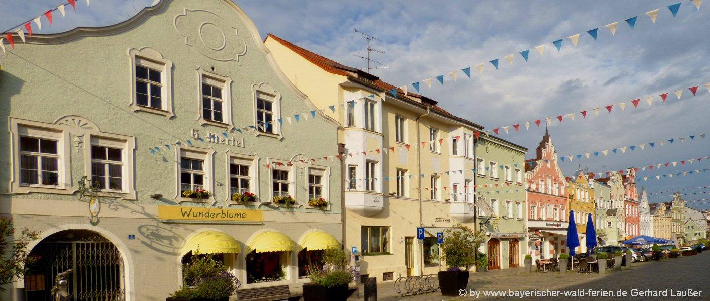 vilsbiburg-ausflugsziele-stadtplatz-sehenswertes-häuserreihe