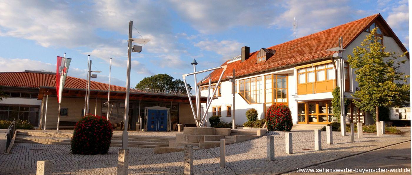 Attraktionen in Wald im Landkreis Cham Rathaus und Gemeindehalle mit Vorplatz