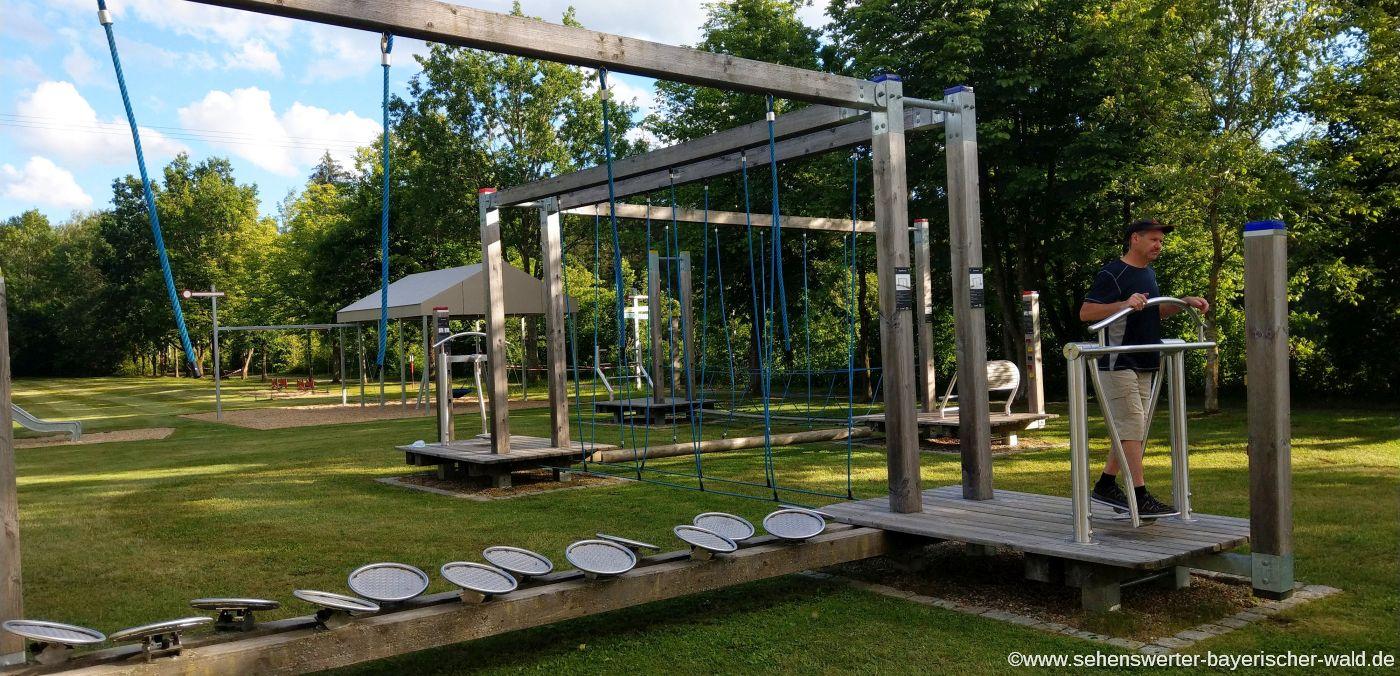 Bewegungsparcours und Kinderspielplatz beim Wanderparkplatz in Hirschenbühl