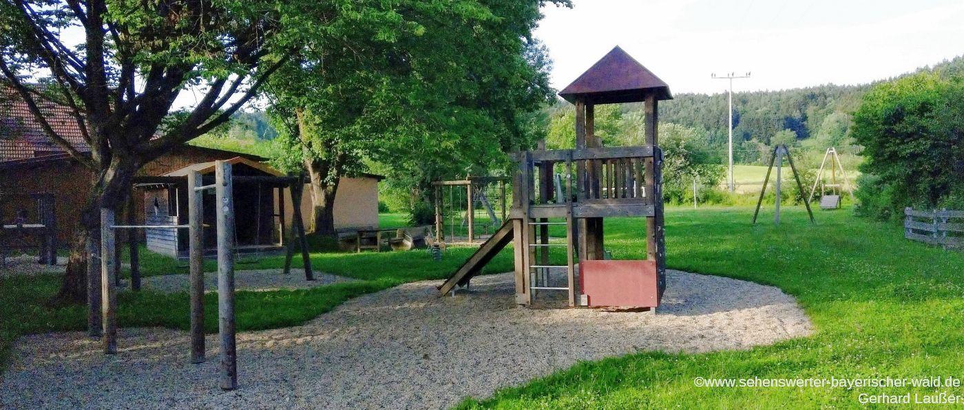 Kinder Spielplatz in Süssenbach mit Kletterturm und Seilbahn