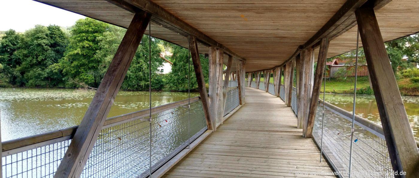 wiesenfelden-Naturbeobachtungssteg-beckenweiher-rundweg-holzbrücke