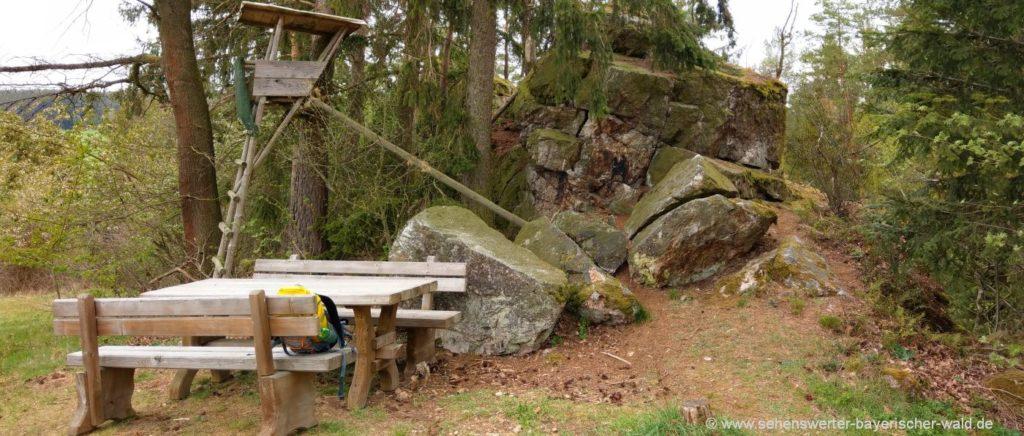 Himmelstreppe Zandt Wanderweg & Pfahl Rastplatz mit Felsen